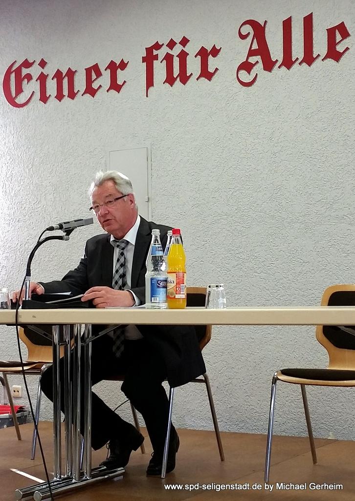 Rolf Wenzel leitet die Sitzung