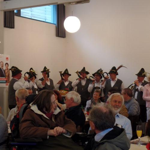 Das bunte Publikum und die Jagdhornbläser zur musikalischen Untermalung.